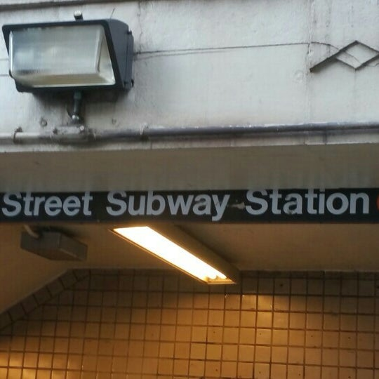 Photo taken at MTA Subway - York St (F) by Marcus on 6/12/2016
