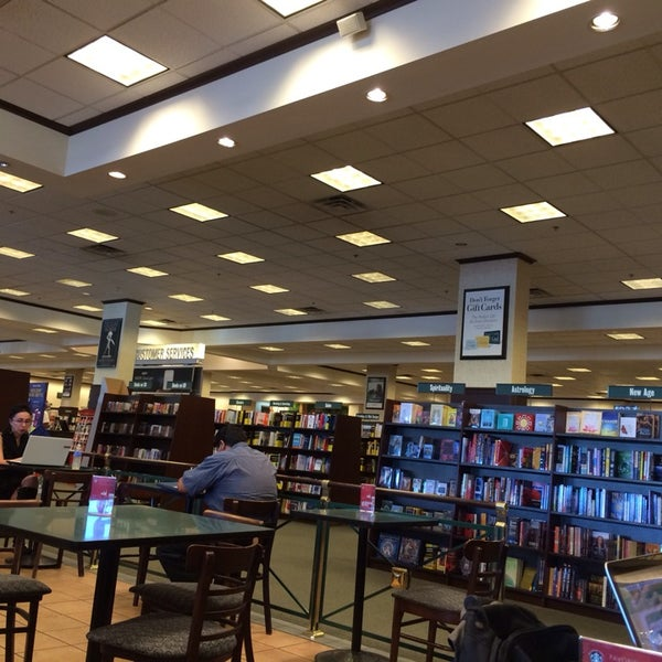 Photo taken at Barnes & Noble by Jon H. on 11/7/2013