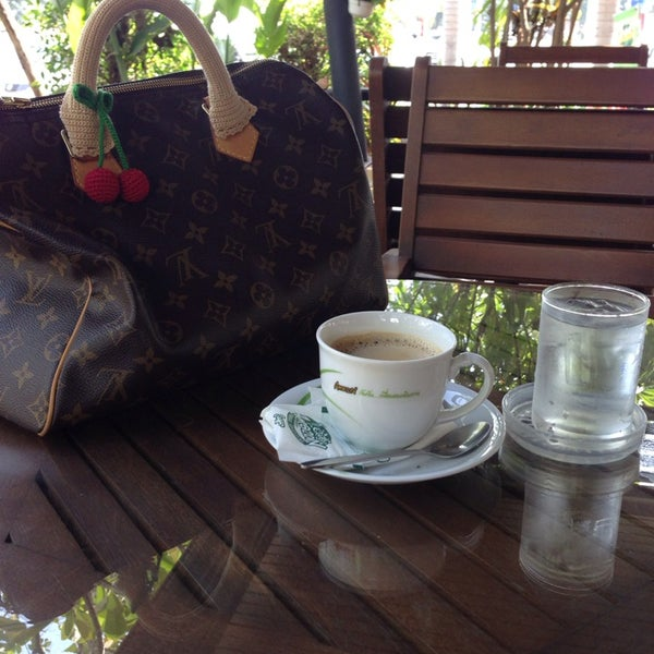 Photo taken at Café Amazon by Yingyui K. on 12/15/2013