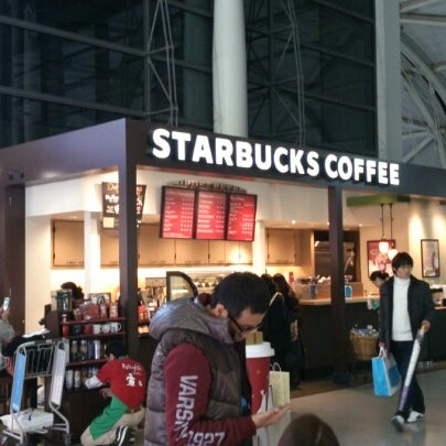 Photo taken at Starbucks Coffee 関西国際空港エアサイド店 by CH L. on 12/25/2012