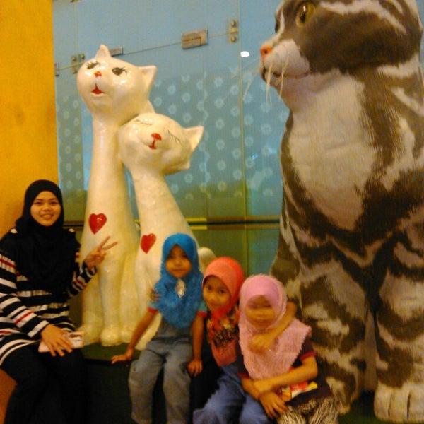 Photo taken at Cat Museum (Muzium Kucing) by Ruzilah Y. on 4/5/2015