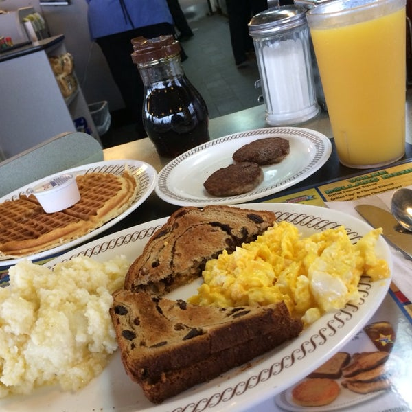 Photo taken at Waffle House by Lindsey E. on 11/1/2013