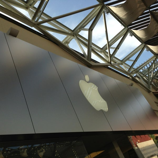 Photo taken at Apple Store, La Cantera by Manuel A. on 4/15/2013