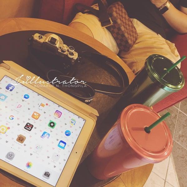 Photo taken at Starbucks by Júllustrator on 7/23/2016