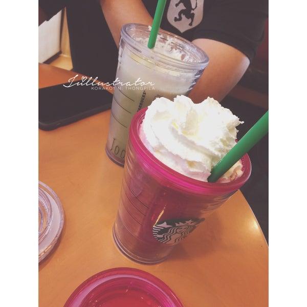 Photo taken at Starbucks by Júllustrator on 3/19/2016