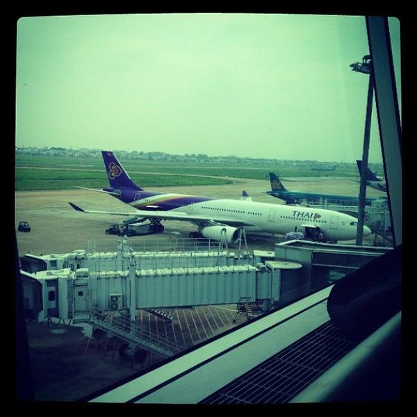 Photo taken at Tan Son Nhat International Airport (SGN) Sân Bay Quốc Tế Tân Sơn Nhất by KuTy on 5/30/2013