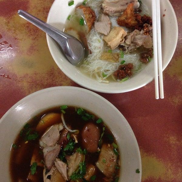 Photo taken at ร้านยกเข่ง (โล่งโต้ง) by Wiwat C. on 2/14/2015