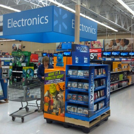Photo taken at Walmart Supercenter by Jason L. on 10/15/2011