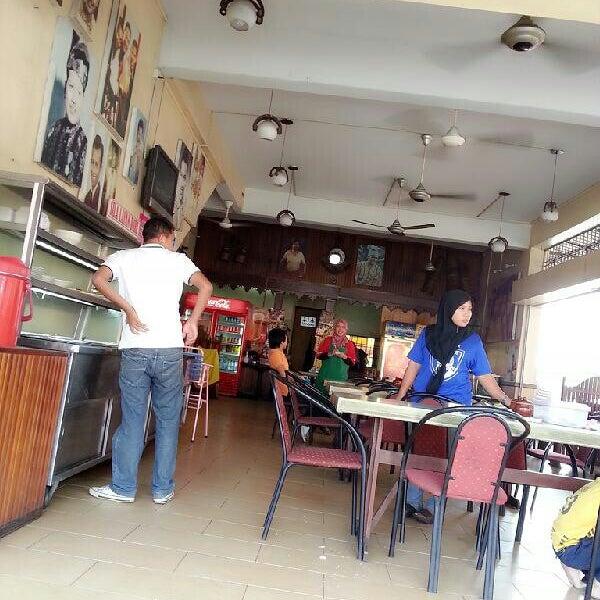 Photo taken at Restoran Pinang Sebatang by Jue I. on 5/28/2013