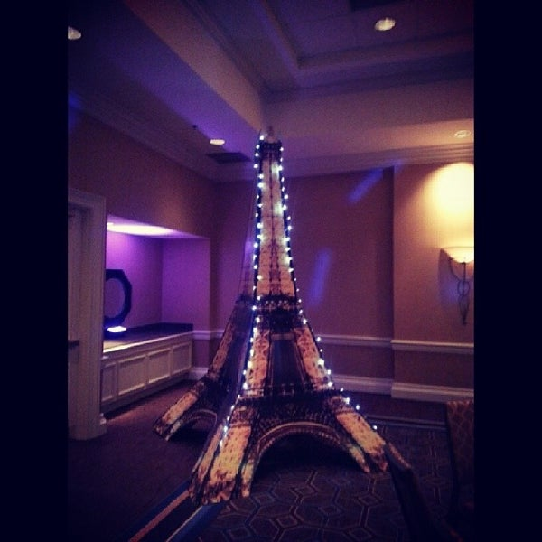 Photo taken at Sheraton Suites Houston Near The Galleria by Sig U. on 4/27/2014