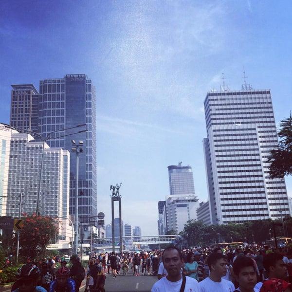 Photo taken at Bundaran Hotel Indonesia (Monumen Selamat Datang) by Anwar Y. on 10/16/2016