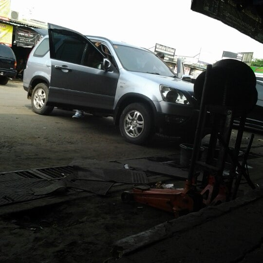 Photo taken at Pasar Mobil Kemayoran by Vivi R. on 8/12/2013