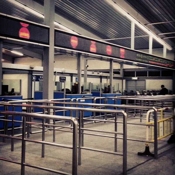 Photo taken at Taipa Ferry Terminal | Terminal Marítimo de Passageiros da Taipa | 氹仔客運碼頭 by Jansen L. on 11/5/2012