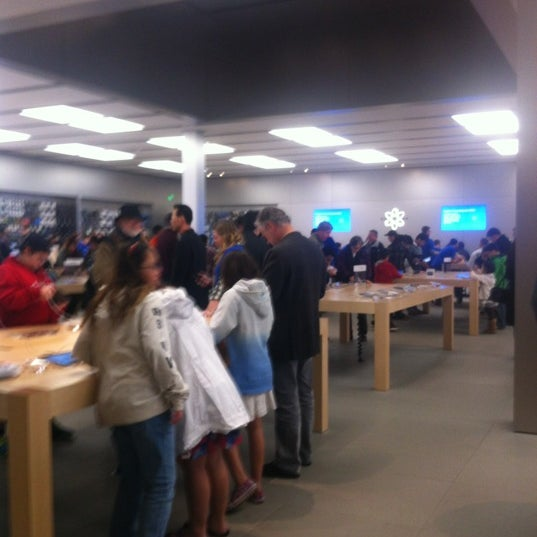 Photo taken at Apple Bellevue Square by Diorella on 11/11/2012