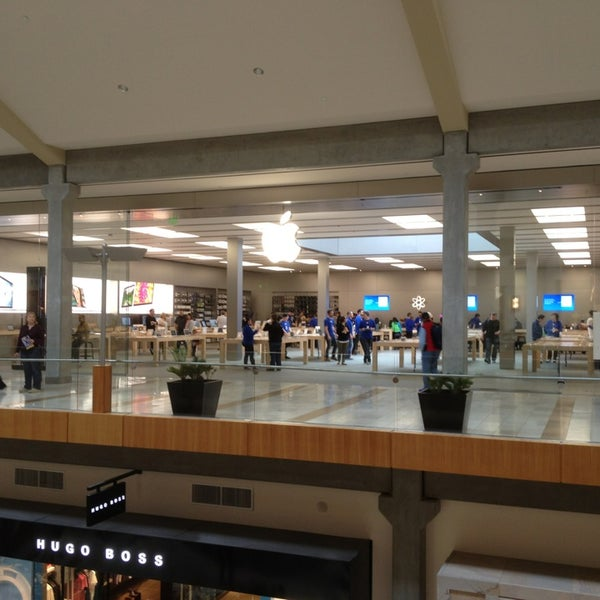 Photo taken at Apple Bellevue Square by David C. on 4/5/2013
