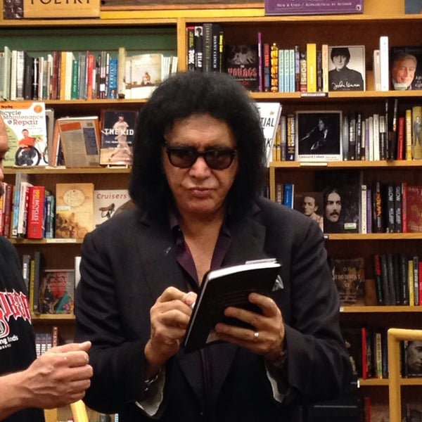 Photo taken at Changing Hands Bookstore by Cheearra E. on 10/28/2014