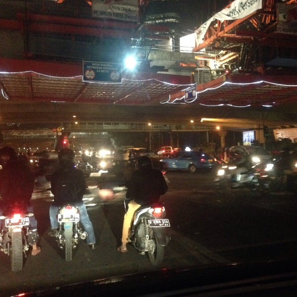 Photo taken at Perempatan Kuningan (Traffic Light) by Yunianto W. on 11/5/2015
