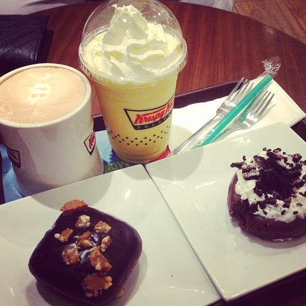 Photo taken at Krispy Kreme by Lourdes Liezl L. on 10/31/2012