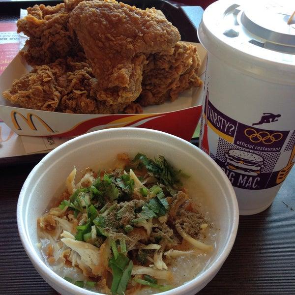Photo taken at McDonald's (แมคโดนัลด์) by Uni U. on 12/21/2014