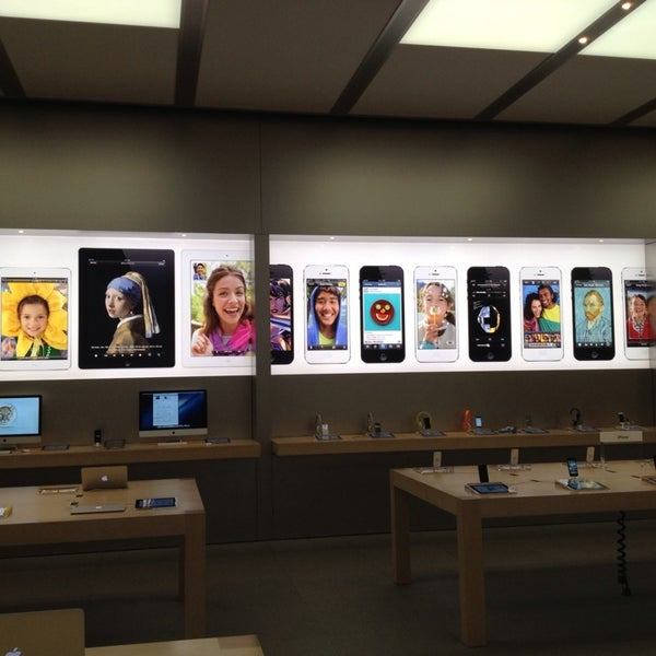 Photo taken at Apple Bellevue Square by Gilberto S. on 7/13/2013