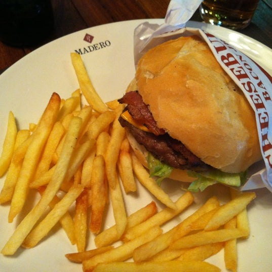 Photo taken at Madero Burger & Grill by Lucas Henrique L. on 12/3/2012