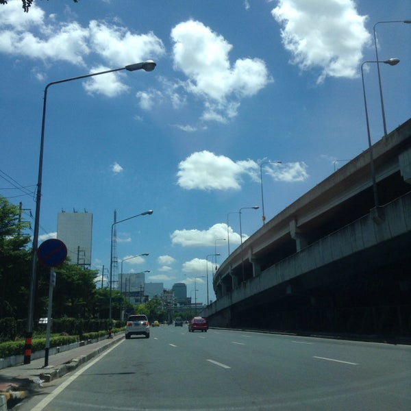 Photo taken at แยกสุทธิสาร (Sutthisan Intersection) by Jojo B. on 9/7/2015
