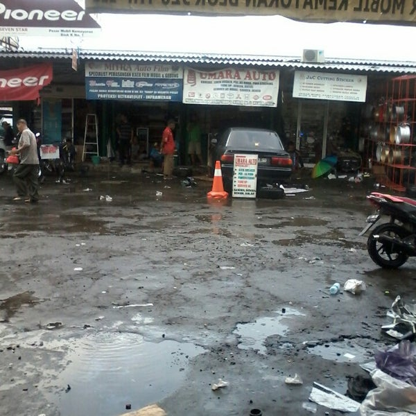 Photo taken at Pasar Mobil Kemayoran by Agus T. on 1/10/2014