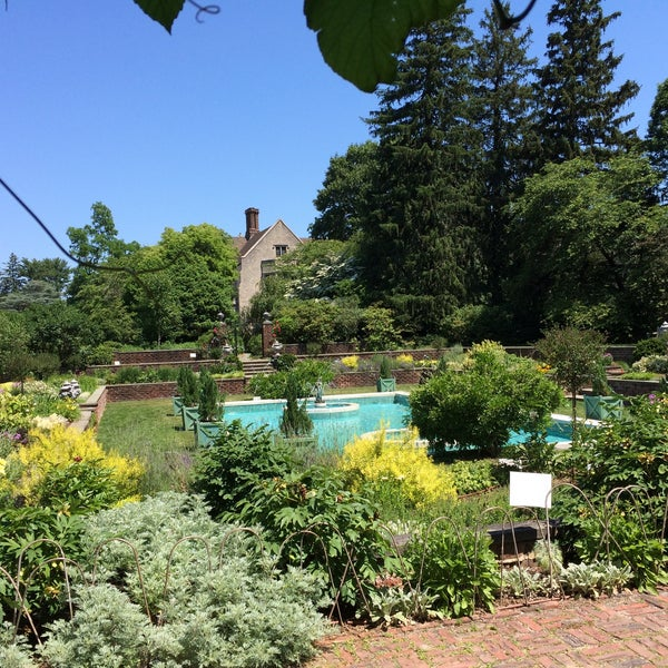 Beautiful gardens and flowers. Lots of fun things to see. Well maintained and incredible collection of plants here. The Coe mansion is fun to visit too.
