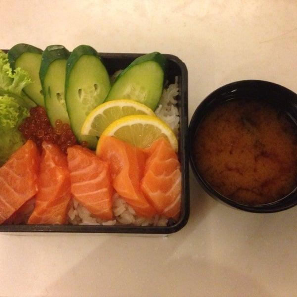 Photo taken at Sakae Sushi by Faye W. on 3/21/2014