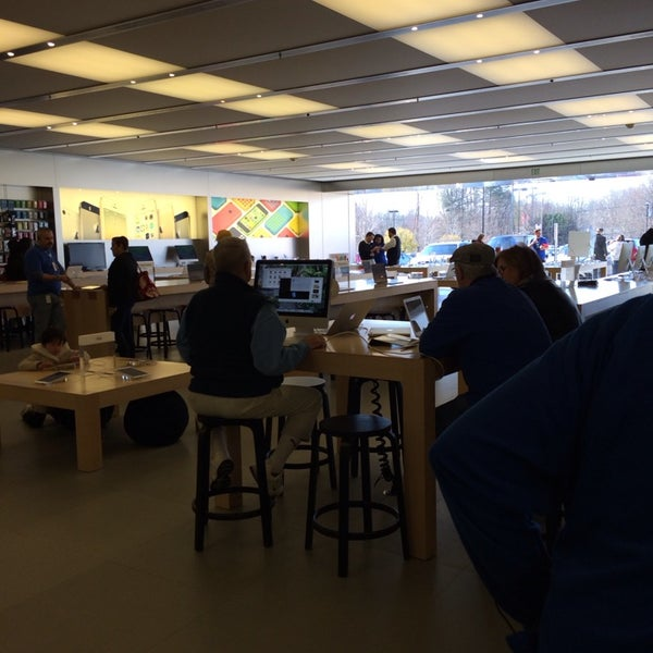 Photo taken at Apple Store, Friendly Center by ECrab on 2/28/2014