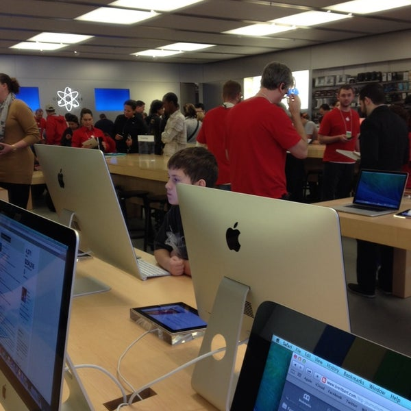 Photo taken at Apple Store, Friendly Center by ECrab on 12/23/2013