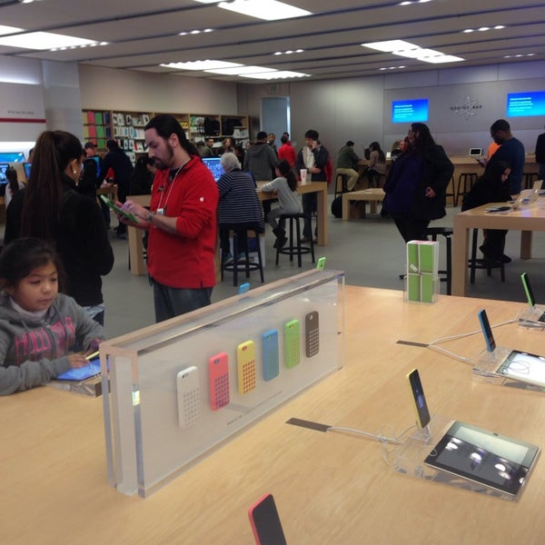 Photo taken at Apple Store, La Cantera by Lu A. on 1/1/2014