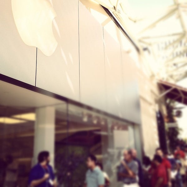 Photo taken at Apple Store, La Cantera by Buqing on 9/21/2012