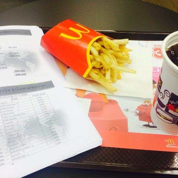 Photo taken at McDonald's (แมคโดนัลด์) by サラダ タイ B. on 9/19/2015