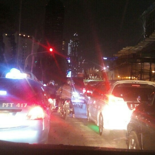 Photo taken at Perempatan Kuningan (Traffic Light) by Iskandar I. on 7/10/2015