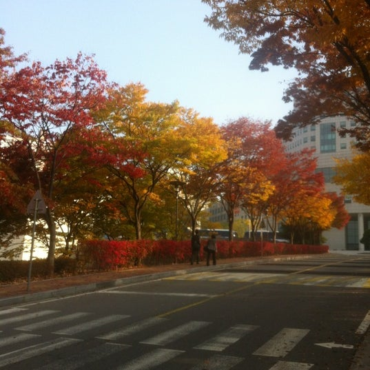 Photo taken at 삼성생명 휴먼센터 by Guo T. on 10/26/2012