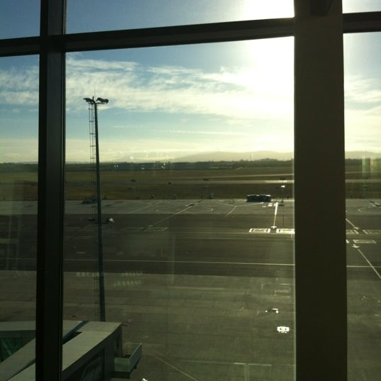 Photo taken at SAA Business Lounge Cape Town by Lesley-Anne B. on 3/27/2012