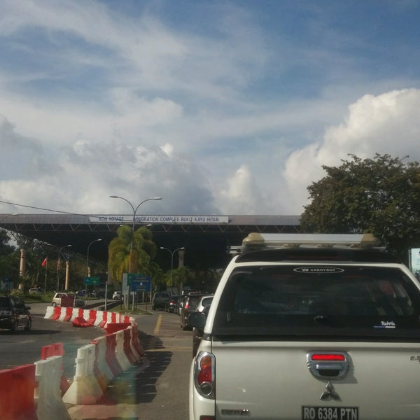 Photo taken at Bukit Kayu Hitam Immigration Complex by Aniq H. on 11/12/2016