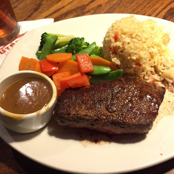 Photo taken at Outback Steakhouse by Simon M. on 6/20/2015