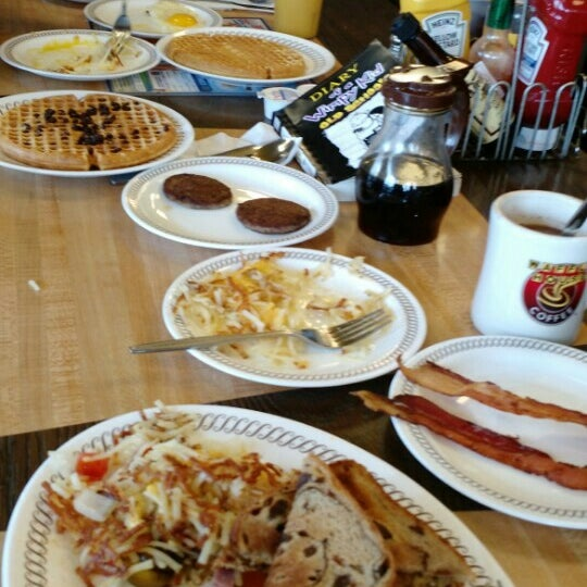 Photo taken at Waffle House by Jeanette D. on 11/21/2015