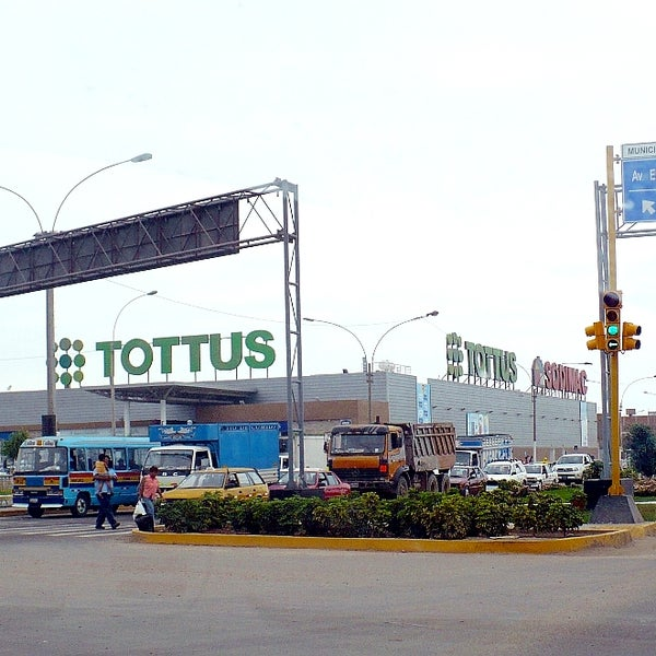 Photo taken at Open Plaza Canta Callao by Daniel Angello on 12/14/2011