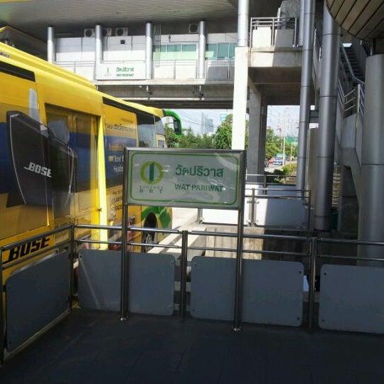 Photo taken at BRT วัดปริวาส (Wat Pariwat) by Piphop B. on 9/29/2011