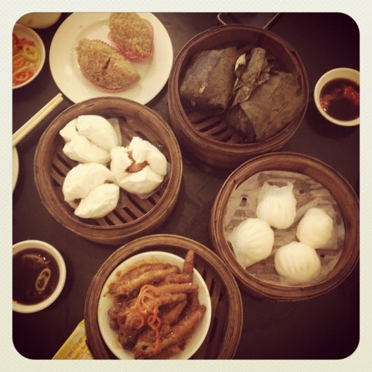 Photo taken at Hoằng Long Restaurant by Jay 董. on 4/8/2012