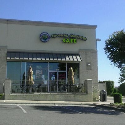 Photo taken at Tropical Smoothie Cafe by Charles W. on 8/6/2011
