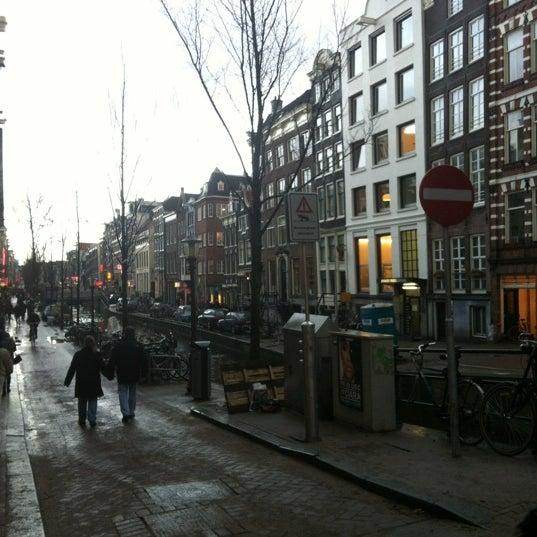 فندق راقي جداً ويقع بوسط مدينة أمستردام ويحيط به الكثير من المعالم والمحلات.