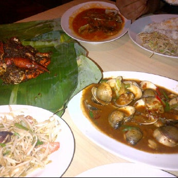 Photo taken at Rasane Seafood & Ikan Bakar by Nadya diena S. on 3/17/2012