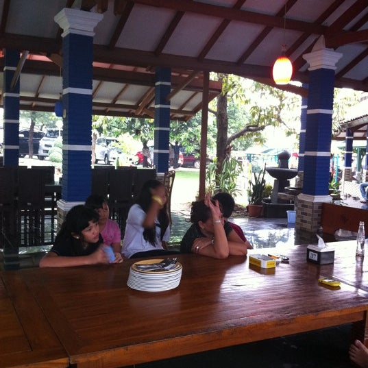 Photo taken at Ikan Bakar Bambu Haur by rini p. on 9/4/2011