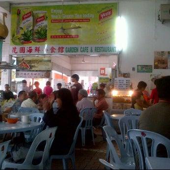Photo taken at Garden Cafe & Restaurant (花園海鮮小食館) by Desmond J. on 12/3/2011