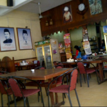 Photo taken at Restoran Pinang Sebatang by Mikaielle on 11/8/2011