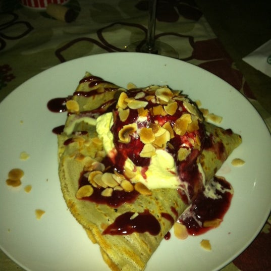 Photo taken at Bercy Village - Crepes e Saladas by Roberta P. on 9/7/2012